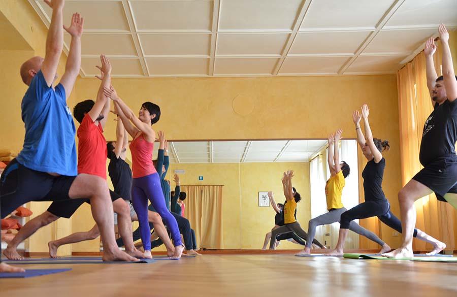 Yoga dinamico posturale in sala